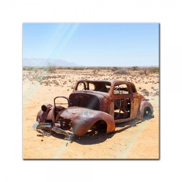 Glasbild - Verlassenes Auto in der Wüste von Namibia