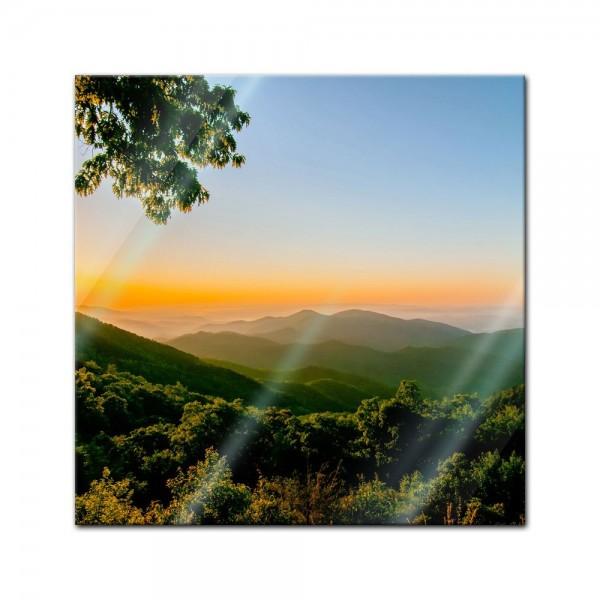 Glasbild - Blauer Bergrücken am frühen Morgen