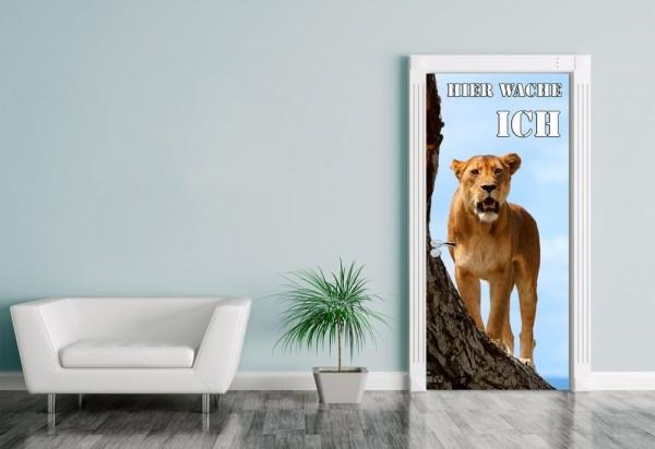 Türaufkleber Hier wache ich - Löwin auf Baum