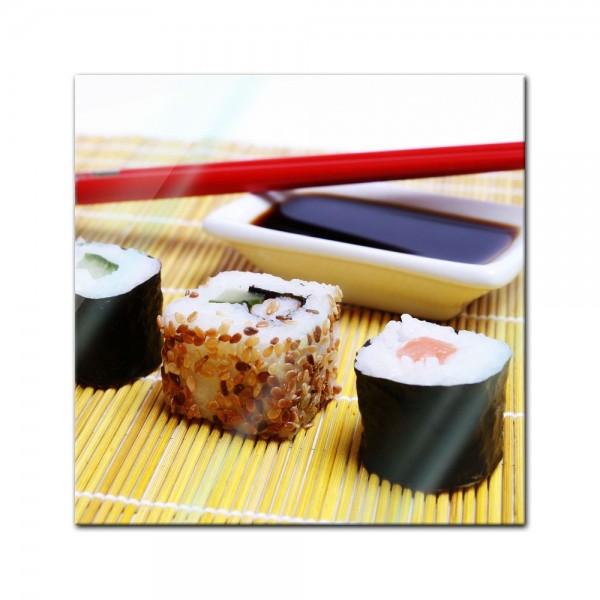 Glasbild - Sushi mit Stäbchen und Sojasosse