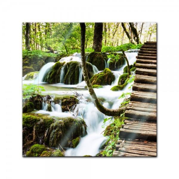 Glasbild - Holzweg neben Wasserfall, Plitvice, Kroatien