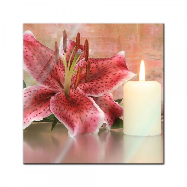 Glasbild - Lilienblüte mit Kerze