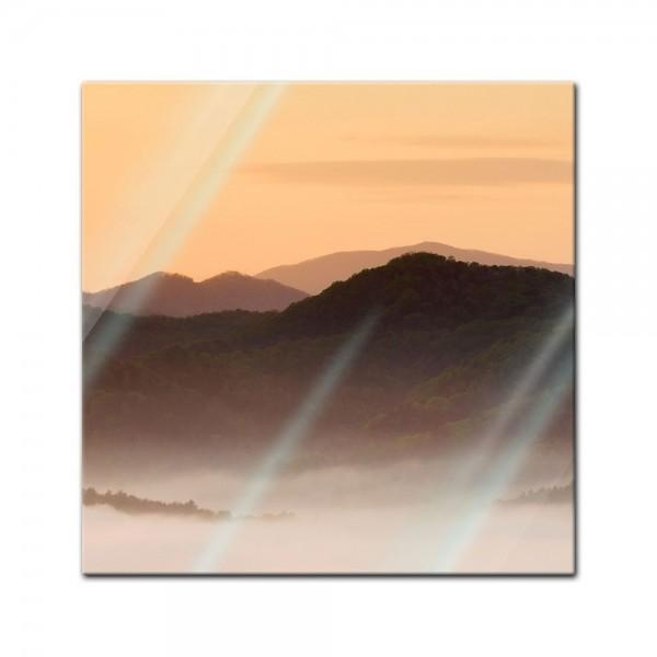 Glasbild - Nebeliges Tal und Berge im Sonnenuntergang, USA